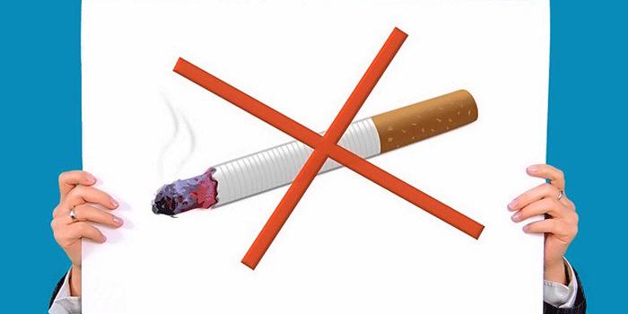 禁煙のボードを掲げるイラスト