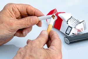 タバコを折る人