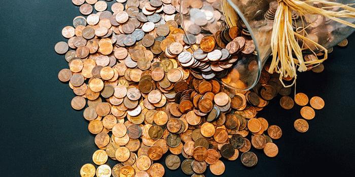 倒れた花瓶から溢れるコイン