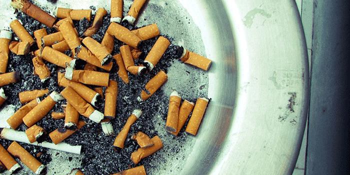 灰皿いっぱいのタバコ