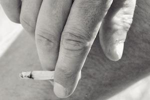 タバコを持っている人