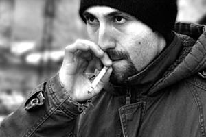 タバコを吸っている人