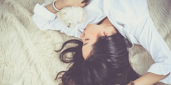 犬と寝る女性