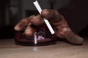 タバコを持っている男性の指