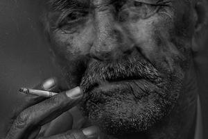 タバコを吸うおじいちゃん