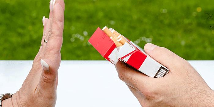 タバコを断る人