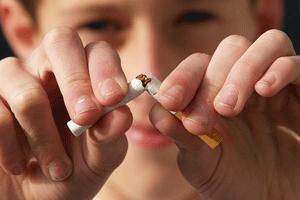 タバコを折る子供