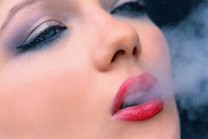 煙を吐き出す女性