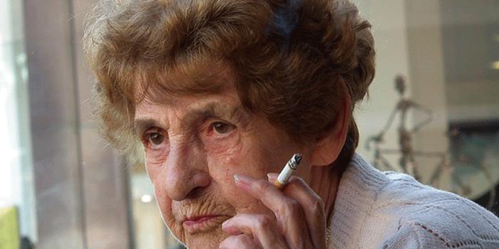 タバコを吸うおばあちゃん