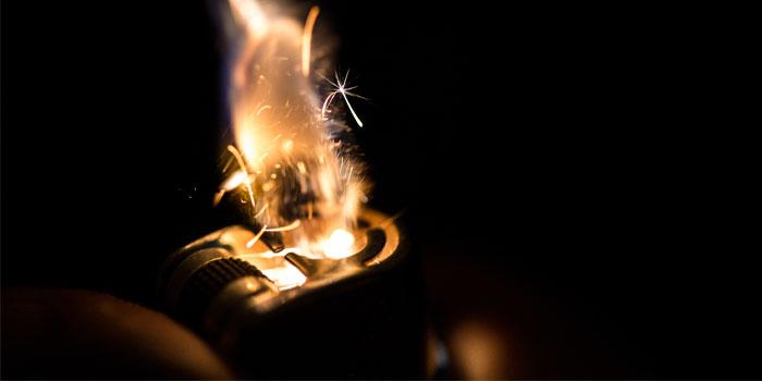 ライターが燃えている