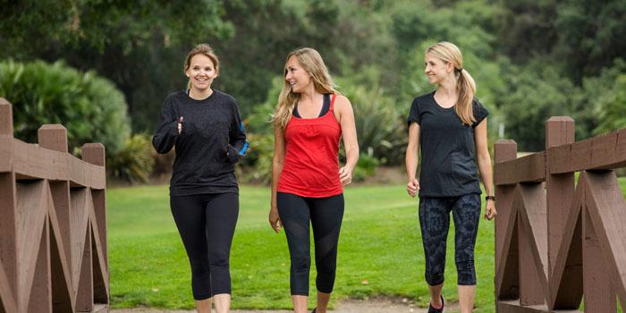 リズミカルな運動をする女性たち
