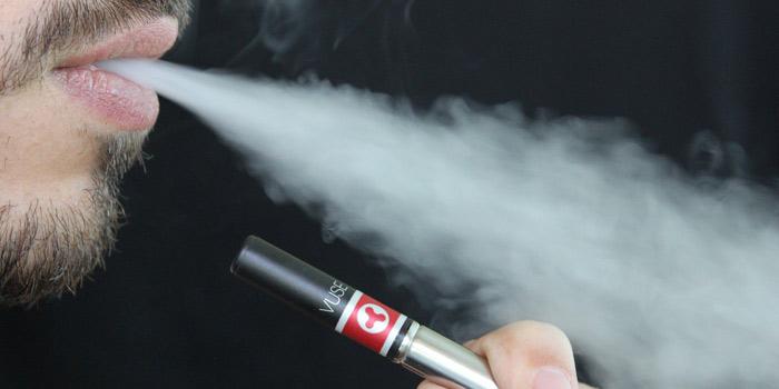 電子タバコを吸う芸能人